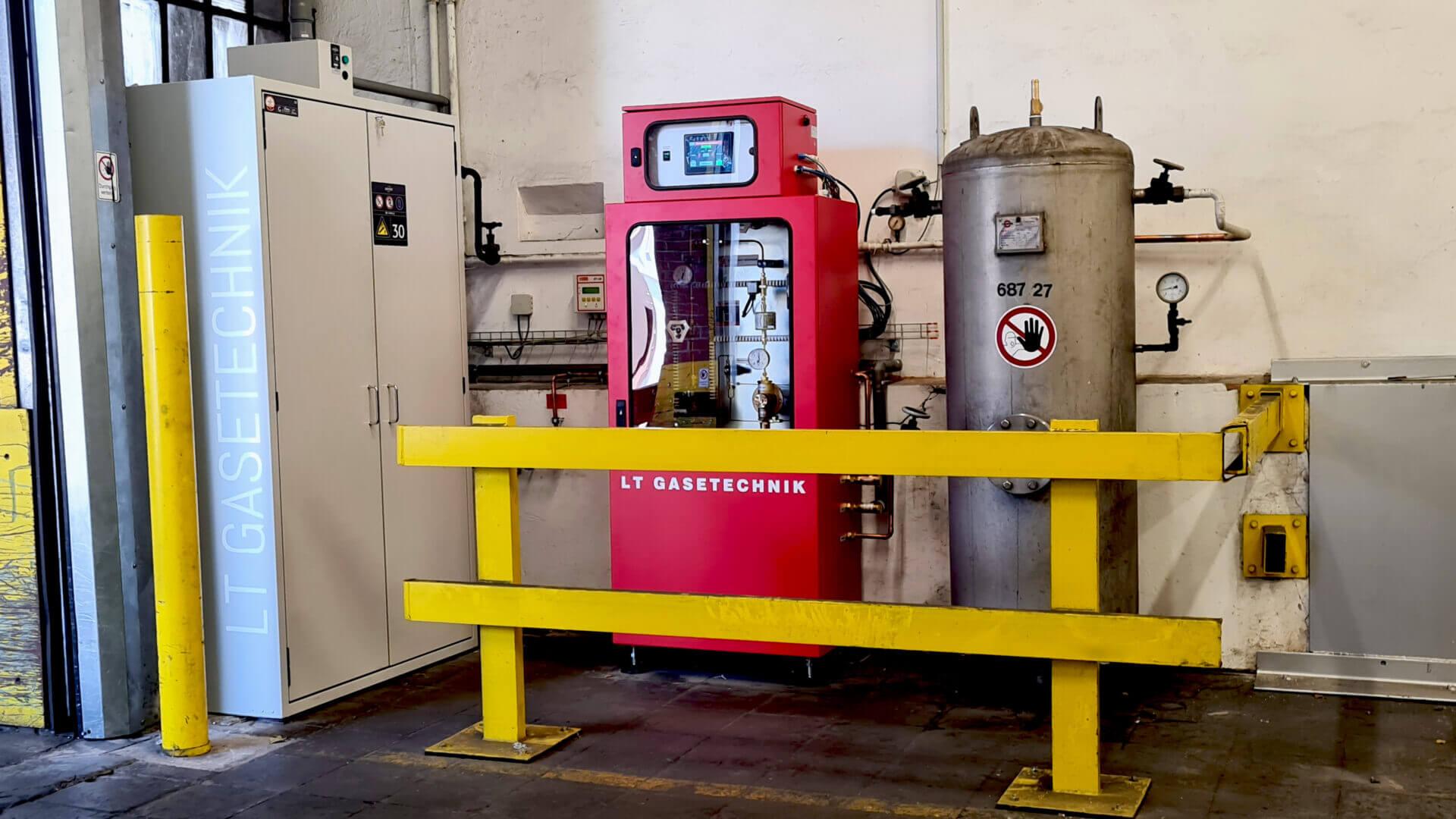 Flaschenschrank mit Gasmischer und altem Druckbehälter